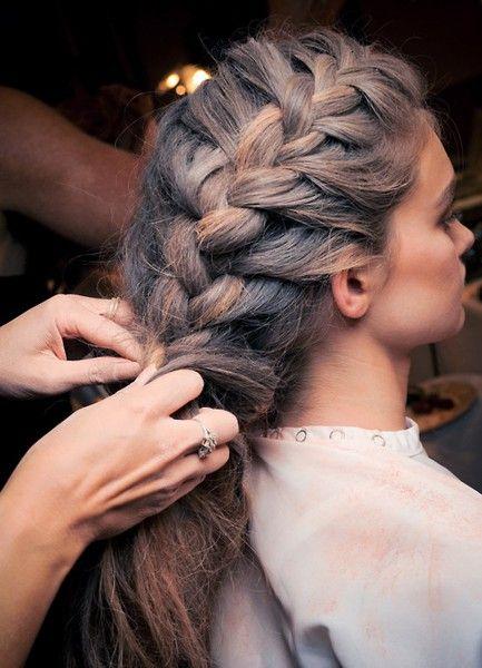 девушке плетут косу