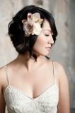 свадебная прическа на короткие волосы с цветком, минимализм
