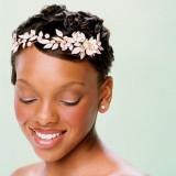 свадебная прическа с ободком из цветков для коротких волос