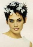 свадебная прическа с мелкими цветами для коротких волос