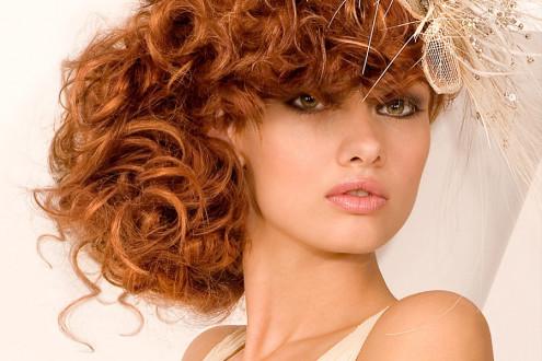 прическа на кудрявые волосы