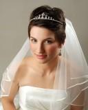 свадебная прическа для коротких волос с диадемой и фатой