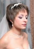 свадебная прическа для коротких волос с длинной фатой