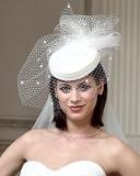 свадебная прическа с короткой стрижкой и шляпкой-таблеткой