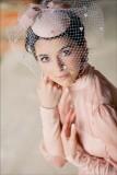 свадебная прическа с мини-шляпкой и вуалеткой
