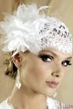свадебная прическа с короткой стрижкой и кружевной шапочкой с перьями