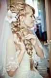 свадебная прическа с пышной косой набок и фатой