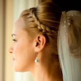 свадебная прическа с тонкой косой-ободком и фатой